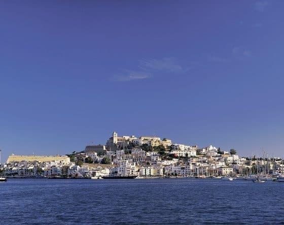 Flower Power und Jetset: Ibizas magischer Zauber